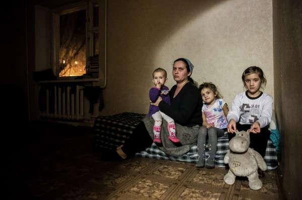 Lilja und drei ihrer sieben Kinder in der Flüchtlingsunterkunft.